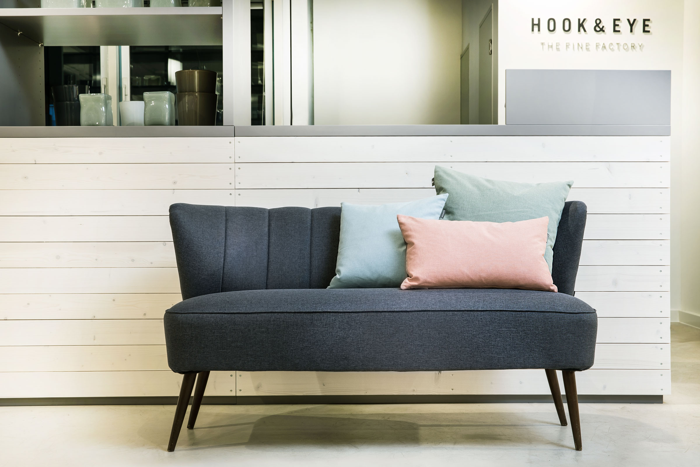 Hook and eye, Möbel Sofa