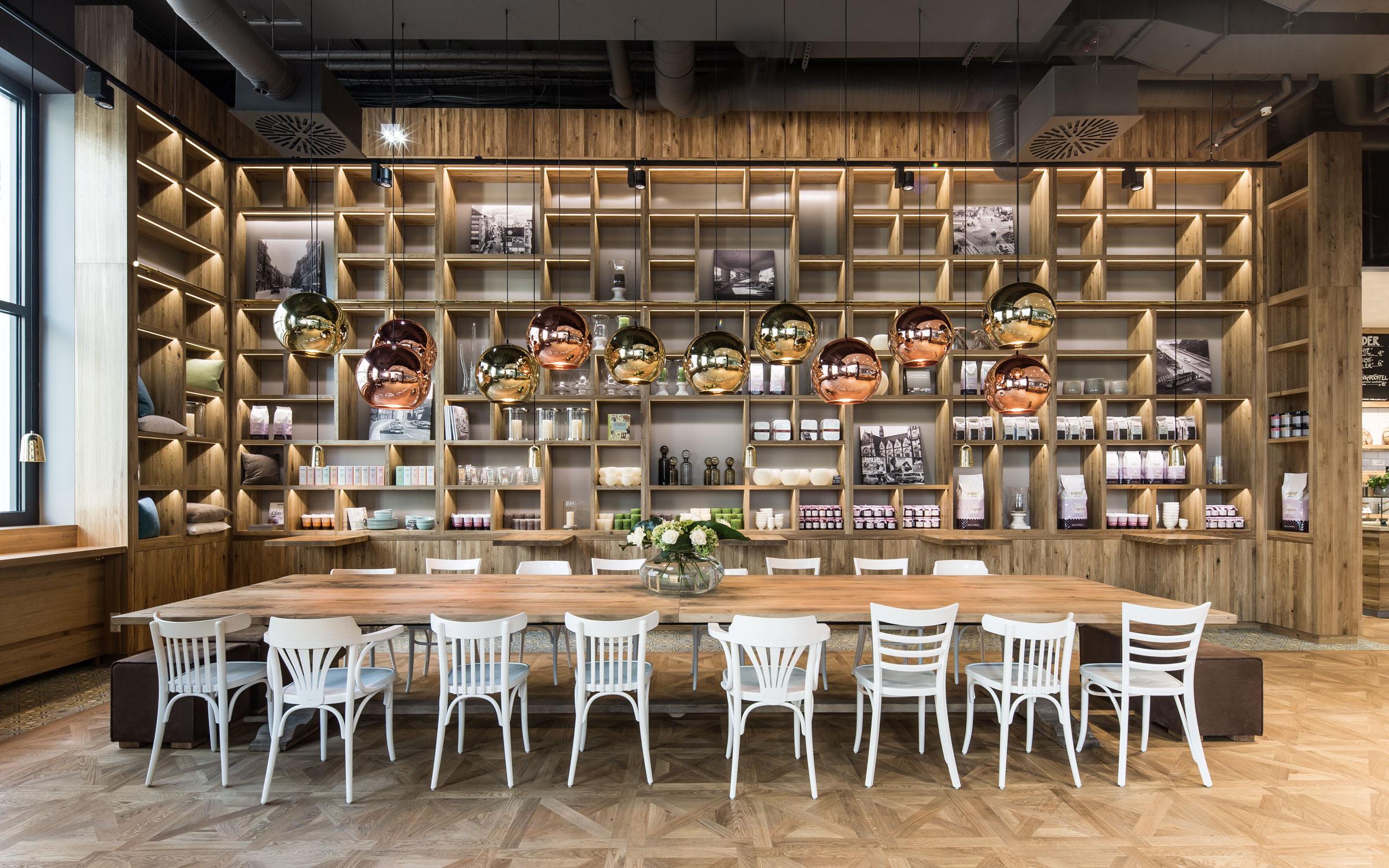 Pano Brot & Kaffee Regal und Holztisch