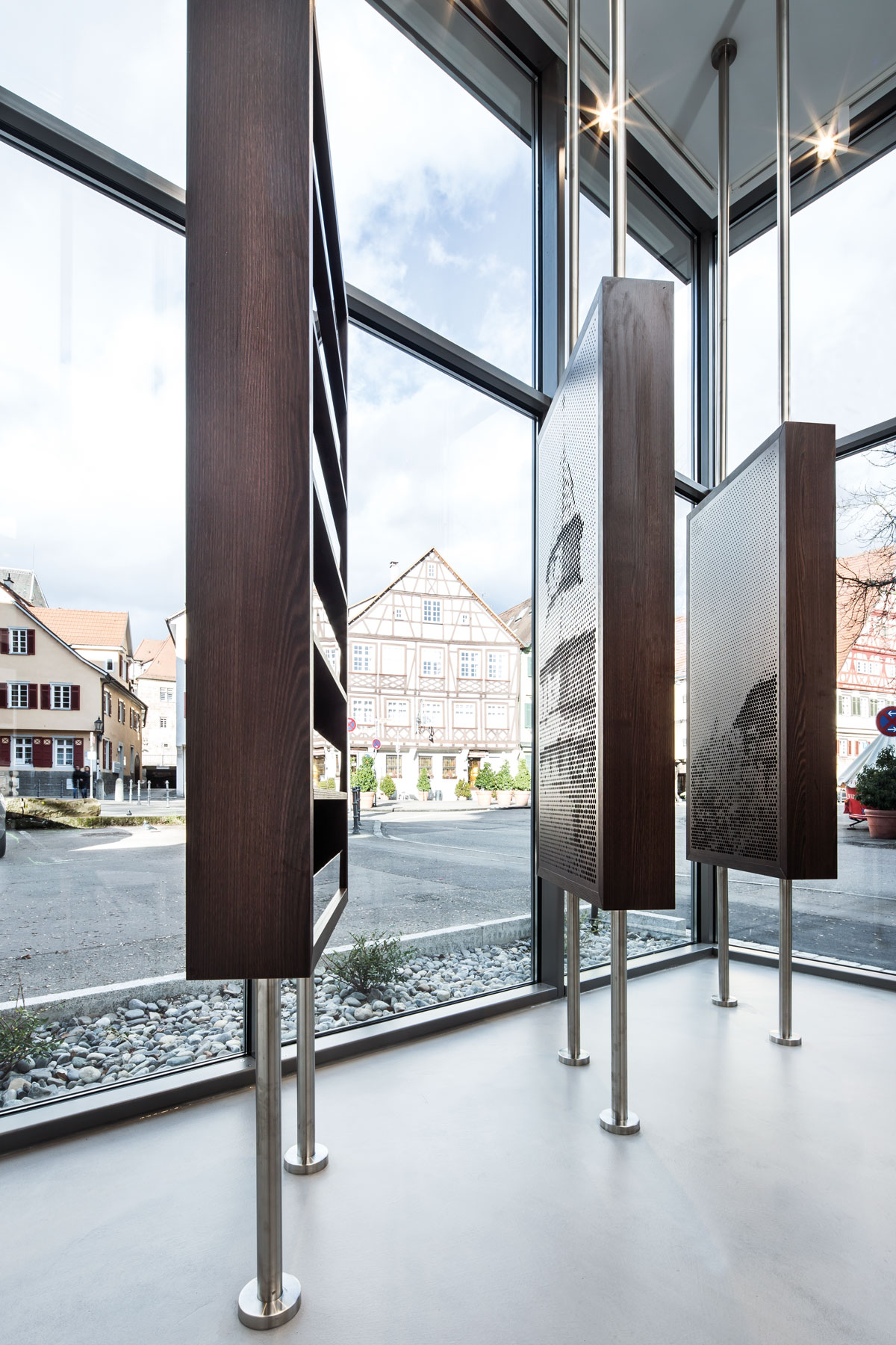 Stadtinformation Esslingen, Lochblechgrafik und Informationsregal