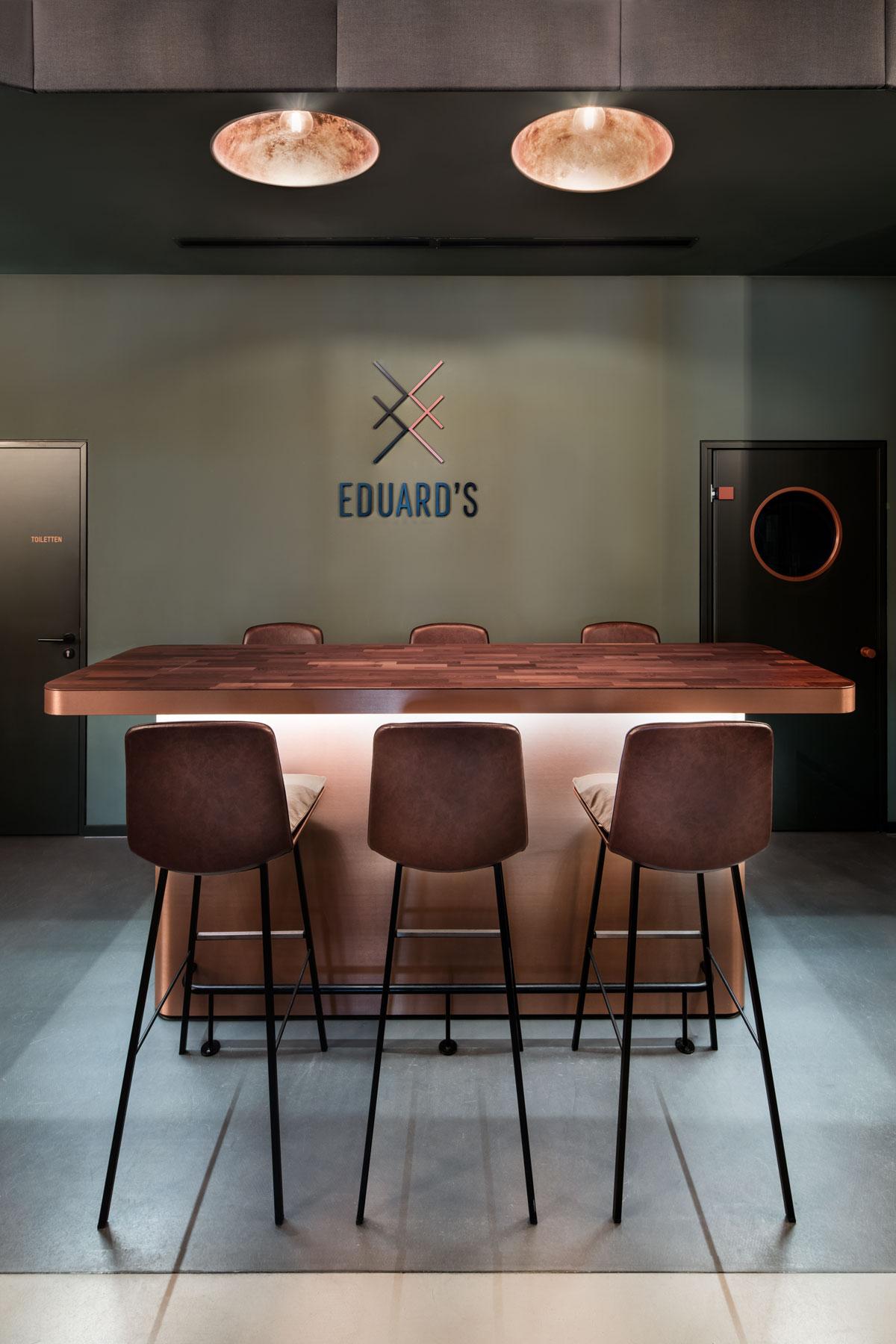 Eduards, Bar Nebentisch frontal