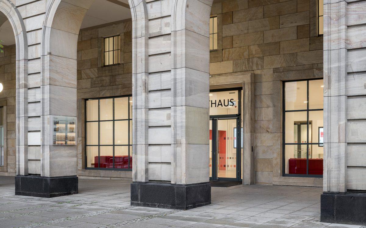 Rathaus E5 Mannheim, Außenfassade Eingang